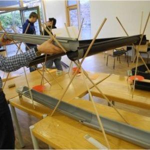 Teambuilding beim Bau einer Kugelbahn